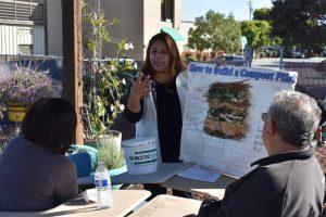 Master Gardener Estela Gutierrez conduce un taller compostaje en jardín de demostración Salinas Valle recicla.